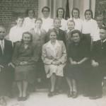 Grono nauczycielskie i uczniowie klasy VIII